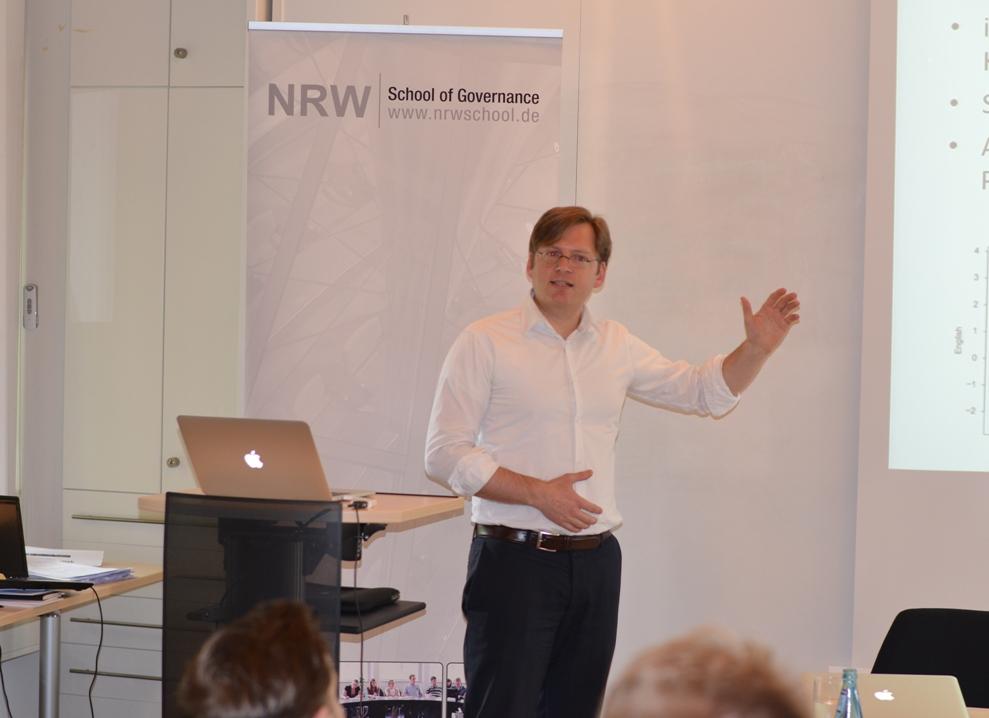 Prof Dr. Andreas Blätte stellt eine Fallstudie im Seminarkontext vor